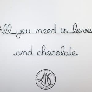 "¨phrase murale ""All you need is love and chocolate"""