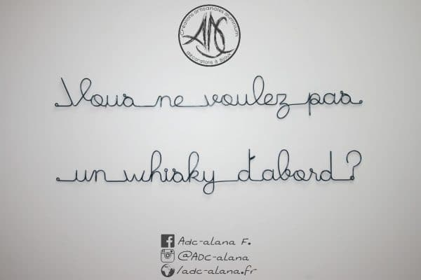 """vous ne voulez pas un whisky d'abord ?"""" phrase murale fil aluminium"""