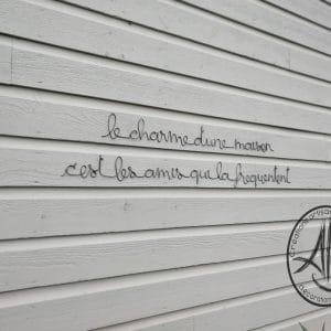 """Phrase murale """"le charme d'une maison…"""""""